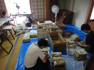 愛媛大学生と調査する太山寺文書